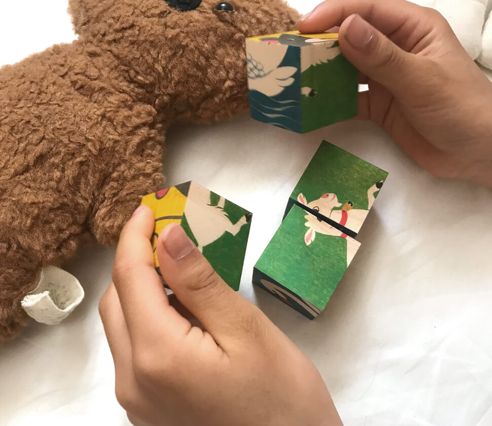 積み木としても楽しめる木製の絵合わせパズル