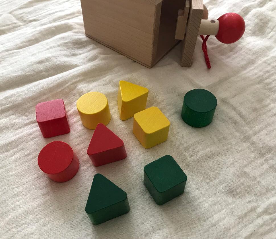 鍵のついた型はめ遊びの出来る知育玩具