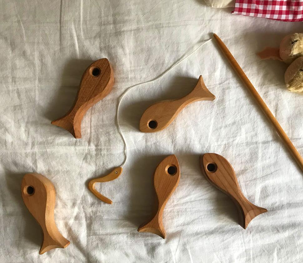 家の中で本格的な魚釣りが楽しめる木製のおもちゃ
