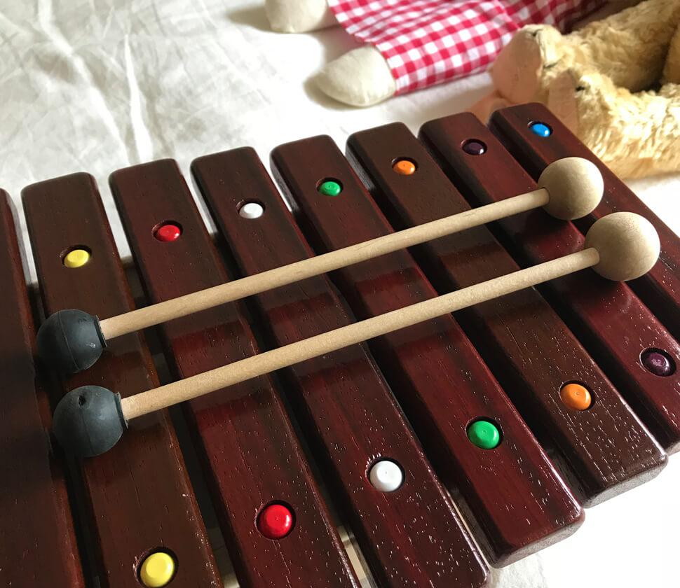 響きのよいアフリカンパドックを使用した本格的な木琴