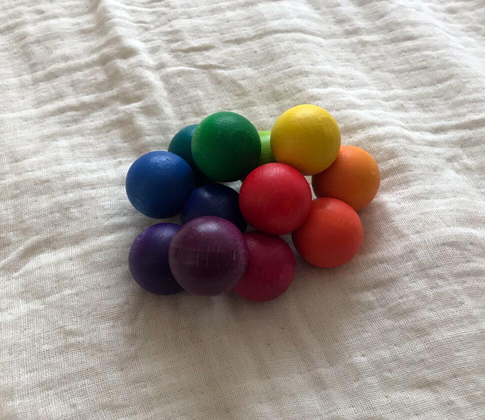 虹色をイメージした12色の美しい木製ラトル