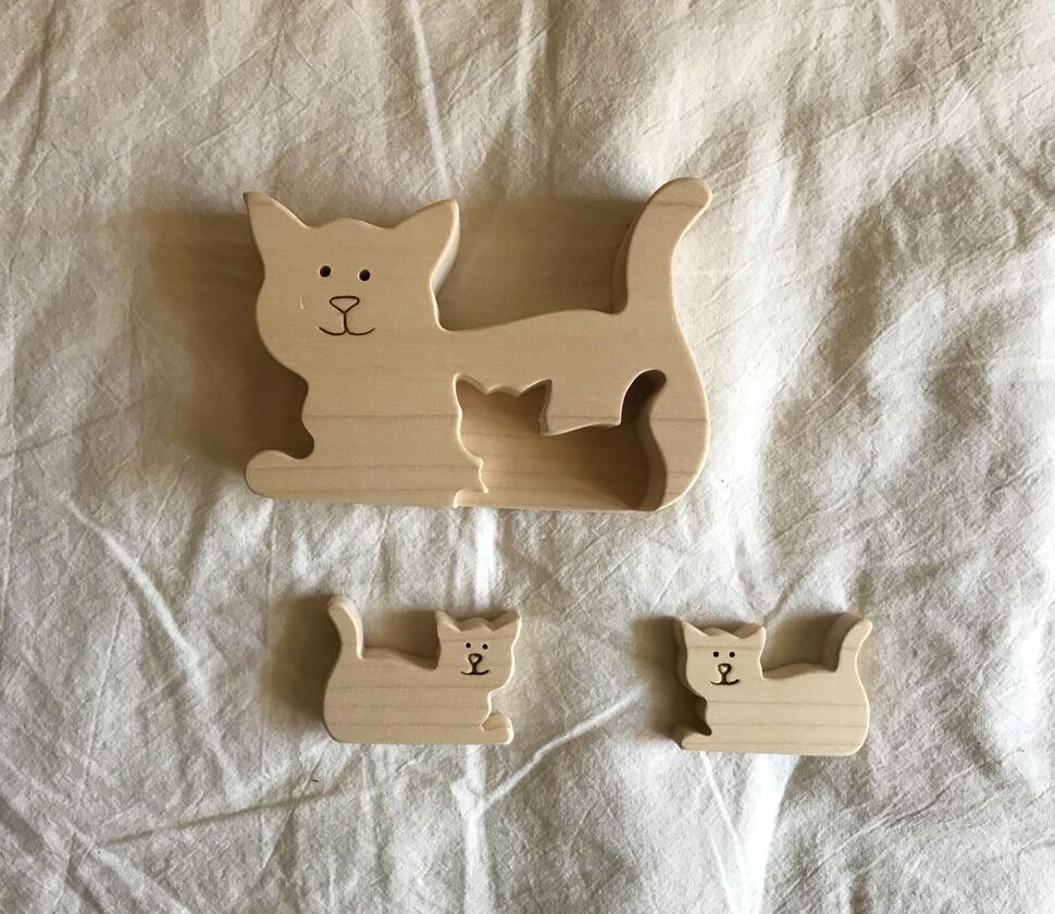 可愛らしい木製のネコのパズル