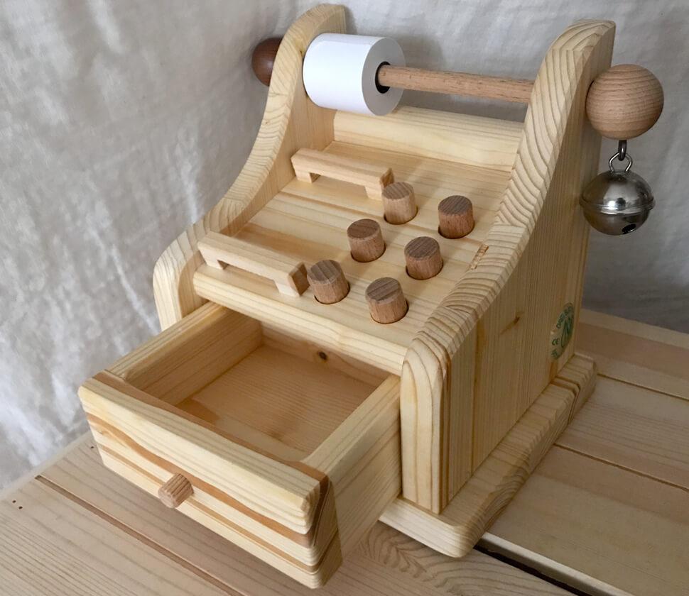 ごっこ遊びで活躍する木製のレジスターのおもちゃ