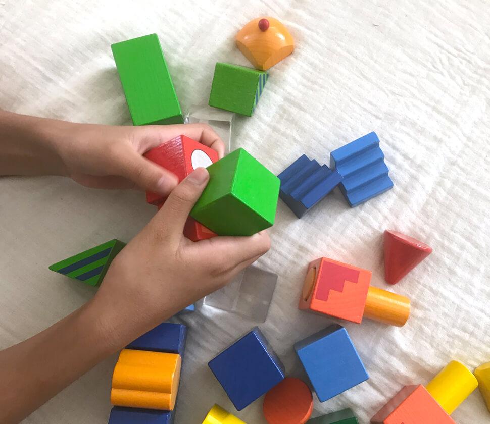 個性豊かな積み木パーツで組み立て遊びの選択肢の拡大を