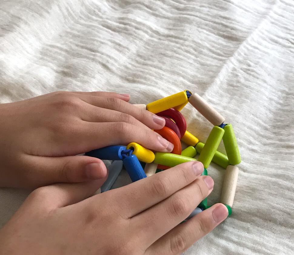 赤ちゃんの指に引っ掛けやすくて握りやすい